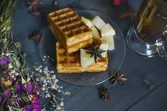 Βάφλες με τις φέτες της Apple και ανανάς, τσάι με τα καρυκεύματα Στοκ εικόνες με δικαίωμα ελεύθερης χρήσης
