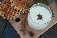 Βάφλες με το γάλα, κανέλα, γλυκάνισο στο μπλε ξύλινο υπόβαθρο Στοκ Εικόνες