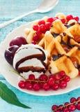 Βάφλες του Βελγίου με τη σάλτσα, το παγωτό και τα μούρα σοκολάτας Στοκ Εικόνα