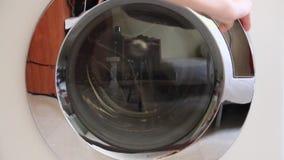 Βάλτε τα ενδύματα στο πλυντήριο απόθεμα βίντεο