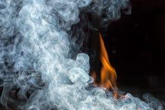 βάλτε φωτιά στον καπνό Στοκ Φωτογραφίες