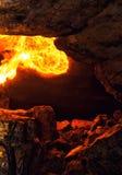 Βάλτε φωτιά volley μέσα στη σπηλιά πετρών Στοκ εικόνα με δικαίωμα ελεύθερης χρήσης