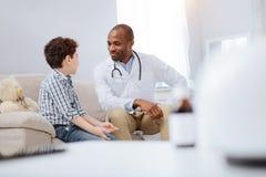 Βέβαια αρσενική επικοινωνία γιατρών και αγοριών στοκ φωτογραφίες