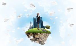 Βέβαια γυναικεία κύρια και σύγχρονη πόλη ως έννοια της πράσινης κατασκευής eco Στοκ Εικόνες