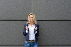Βέβαια επαγγελματική γυναίκα που κρατά τα πέτα της στοκ φωτογραφίες