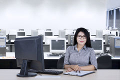 Βέβαια επιχειρηματίας με τον υπολογιστή στον εργασιακό χώρο Στοκ φωτογραφία με δικαίωμα ελεύθερης χρήσης