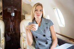 Βέβαια επιχειρηματίας που έχει τον καφέ ιδιωτικά Στοκ Εικόνα