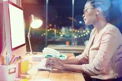 Βέβαια επιχειρηματίας που εργάζεται στον υπολογιστή στο γραφείο Στοκ εικόνες με δικαίωμα ελεύθερης χρήσης