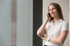 Βέβαια επιχειρηματίας που μιλά στο κινητό τηλέφωνο Στοκ Εικόνα