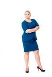 Βέβαια επιχειρησιακή γυναίκα με τα διπλωμένα όπλα στο φόρεμα στοκ εικόνα με δικαίωμα ελεύθερης χρήσης