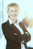Βέβαια επιχειρησιακή γυναίκα με την ομάδα της σε μια φωτεινή ηλιόλουστη ημέρα Στοκ Εικόνα