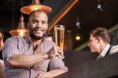 Βέβαια μπύρα κατανάλωσης ατόμων στο φραγμό Το άτομο κρατά το ποτήρι της μπύρας Στοκ εικόνες με δικαίωμα ελεύθερης χρήσης