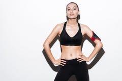 Βέβαια νέα γυναίκα ικανότητας με armband μαύρο sportswear Στοκ εικόνα με δικαίωμα ελεύθερης χρήσης