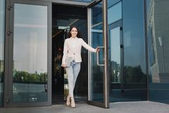 Βέβαια νέα επιχειρηματίας με το lap-top Στοκ φωτογραφία με δικαίωμα ελεύθερης χρήσης
