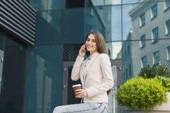 Βέβαια νέα επιχειρηματίας που μιλά στο smartphone Στοκ Εικόνα