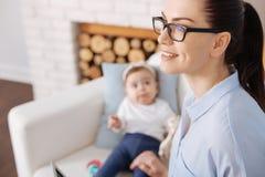 Βέβαια νέα μητέρα που χτίζει τη σταδιοδρομία της Στοκ φωτογραφία με δικαίωμα ελεύθερης χρήσης