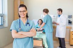 Βέβαια νοσοκόμα ενάντια στον ασθενή και τη ιατρική ομάδα στοκ φωτογραφία με δικαίωμα ελεύθερης χρήσης