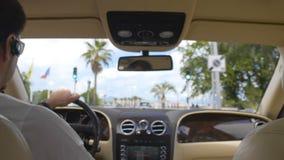 Βέβαια οδήγηση επιχειρηματιών στη παραθεριστική πόλη μια ηλιόλουστη ημέρα, που απολαμβάνει το ταξίδι αυτοκινήτων απόθεμα βίντεο