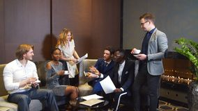Βέβαια ομάδα νέων επαγγελματιών σε μια συνεδρίαση απόθεμα βίντεο