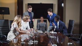 Βέβαια ομάδα νέων επαγγελματιών σε μια συνεδρίαση φιλμ μικρού μήκους