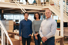 Βέβαια ομάδα επιχειρησιακών επαγγελματιών που στέκονται σε ένα σύγχρονο γραφείο Στοκ φωτογραφίες με δικαίωμα ελεύθερης χρήσης