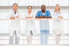 Βέβαια ομάδα των ειδικών γιατρών στοκ εικόνα με δικαίωμα ελεύθερης χρήσης