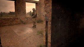 Βέβαια στάση υπερασπιστών που ντύνεται στην κάλυψη στο εγκαταλειμμένο σπίτι, σκοτεινή απεικόνιση ουρανών του προσώπου, που διαλύε απόθεμα βίντεο
