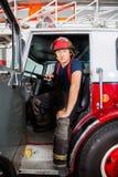 Βέβαια συνεδρίαση πυροσβεστών στο φορτηγό Στοκ Εικόνα