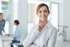 Βέβαια τοποθέτηση επιχειρηματιών γυναικών στο γραφείο της Στοκ εικόνα με δικαίωμα ελεύθερης χρήσης