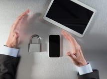 Βέβαια χέρια επιχειρηματιών που παρουσιάζουν την εταιρικές ασφάλεια δεδομένων και ασφάλεια Στοκ εικόνα με δικαίωμα ελεύθερης χρήσης
