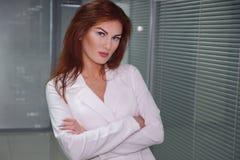 Βέβαια όμορφη επιχειρηματίας που είναι έτοιμη να εργαστεί στοκ εικόνες με δικαίωμα ελεύθερης χρήσης