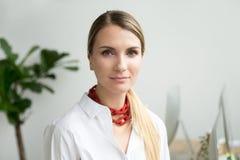 Βέβαια όμορφη νέα επιχειρηματίας που εξετάζει τη κάμερα, κεφάλι Στοκ φωτογραφίες με δικαίωμα ελεύθερης χρήσης