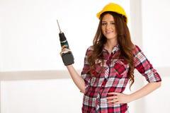 Βέβαιες εργασίες γυναικών με τη μηχανή DIY τρυπανιών batery Στοκ Εικόνες