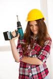 Βέβαιες εργασίες γυναικών με τη μηχανή DIY τρυπανιών batery Στοκ Φωτογραφία