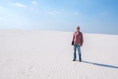 Βέβαιες στάσεις ατόμων στη μέση της ερήμου με ένα lap-top ι Στοκ Εικόνες