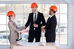 Βέβαιοι αρχιτέκτονες επιχειρηματιών που τινάζουν τα χέρια Στοκ φωτογραφία με δικαίωμα ελεύθερης χρήσης