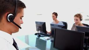 Βέβαιοι επιχειρηματίες που εργάζονται σε ένα κέντρο κλήσης φιλμ μικρού μήκους