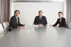 Βέβαιοι επιχειρηματίες στη αίθουσα συνδιαλέξεων Στοκ εικόνες με δικαίωμα ελεύθερης χρήσης