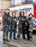 Βέβαιοι πυροσβέστες που στέκονται τα όπλα που διασχίζονται Στοκ Εικόνα