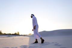 Βέβαιος αρσενικός όμορφος Άραβας στους περιπάτους Kandur στη μέση του λευκού Στοκ Εικόνες