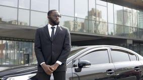 Βέβαιος αφροαμερικανός οδηγός που υπερασπίζεται το αυτοκίνητο, υπηρεσία φρουράς ασφάλειας, επιχείρηση στοκ φωτογραφίες με δικαίωμα ελεύθερης χρήσης
