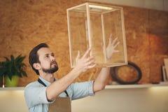 Βέβαιος βιοτέχνης που κρατά ψηλά ένα πρόγραμμα που σχεδίασε Στοκ Εικόνα
