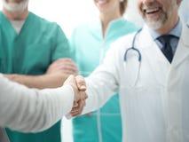 Βέβαιος γιατρός που τινάζει το υπομονετικό χέρι ` s στοκ εικόνα