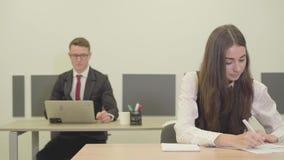 Βέβαιος διευθυντής γυναικών πορτρέτου στην επίσημη συνεδρίαση ένδυσης στο γραφείο στο πρώτο πλάνο που παίρνει τα έγγραφα από απόθεμα βίντεο