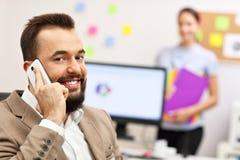 Βέβαιος επιχειρηματίας και ο βοηθός του στο γραφείο Στοκ εικόνες με δικαίωμα ελεύθερης χρήσης