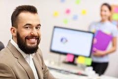 Βέβαιος επιχειρηματίας και ο βοηθός του στο γραφείο Στοκ Εικόνες