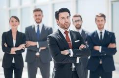Βέβαιος επιχειρηματίας μπροστά από την επιχειρησιακή ομάδα του στοκ φωτογραφία με δικαίωμα ελεύθερης χρήσης