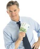 Βέβαιος επιχειρηματίας που παρουσιάζει εκατό ευρο- τραπεζογραμμάτια Στοκ Φωτογραφία