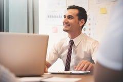 Βέβαιος επιχειρηματίας που χαμογελά με την εργασία Στοκ φωτογραφίες με δικαίωμα ελεύθερης χρήσης