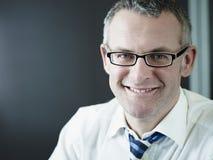 Βέβαιος επιχειρηματίας που χαμογελά στη φωτογραφική μηχανή Στοκ εικόνες με δικαίωμα ελεύθερης χρήσης